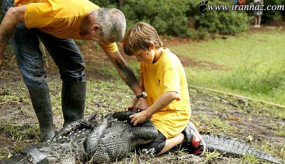 حماسه آفرینی یک پسر بچه در مقابل تمساح (عکس)