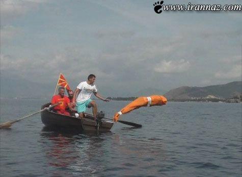 شنای یک مرد با دست و پای بسته در کیسه (عکس)