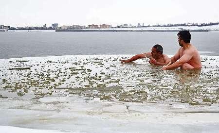 شنای جنجالی این دو مرد در دمای 18- درجه (عکس)