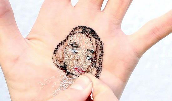 نقاشی های زیبا اما بسیار دردناک بر روی کف دست