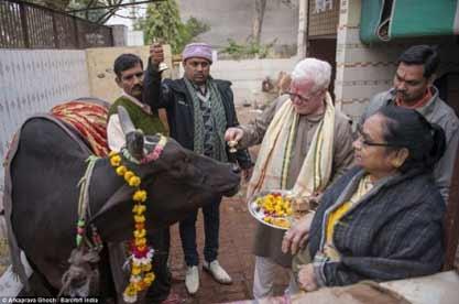اقدام چندش آور هندوها برای درمان بیماری هایشان