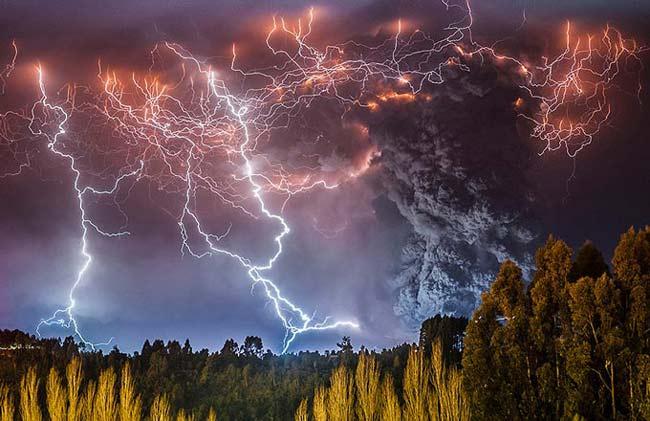 عکس های خیره کننده از برخورد آتشفشان و رعد و برق