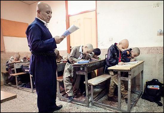 اقدام این معلم برای همدردی با دانش آموزش (عکس)