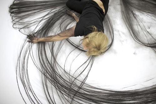 این خانم با حرکات موزون خود نقاشی میکند! (عکس)