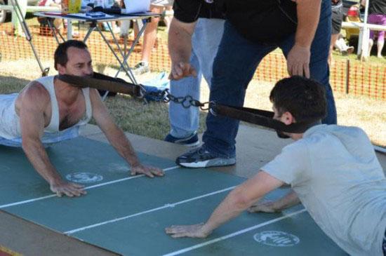 مسابقه عجیب کشش با گردن تا برنده شدن (عکس)