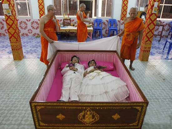 برپایی عجیب مراسم عقد این زوج در تابوت! (عکس)