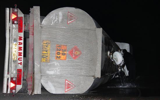 وازگونی تریلر حامل بنزین در جاده ساوه (عکس)
