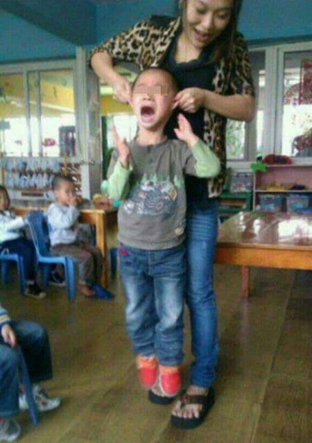 تنبیه دردناک و غیر قانونی این خانم معلم! (عکس)