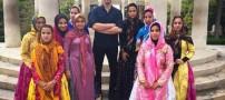 عکس فرزاد فرزین در کنار دختران شیرازی در حافطیه