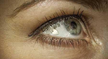 گذاشتن پولک طلا روی سفیدی چشم برای زیبایی (عکس)