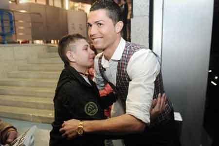 این پسر جان خود را مدیون رونالدو می داند! (عکس)