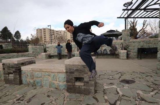 عکس هایی جالب از دختران پاراکور در آسمان تهران