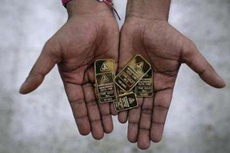 کشف 12 شمش طلا در شکم یک مرد هندی!! (عکس)