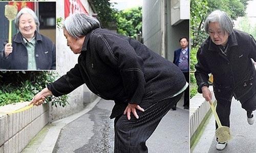 کار عجیب این خانم کشتن پشه هاست!! (عکس)