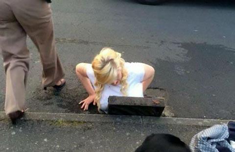 اتفاق عجیب برای دختر دانشجو (عکس)