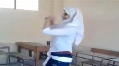 رقصیدن یک دختر محجبه در کلاس درس (عکس)