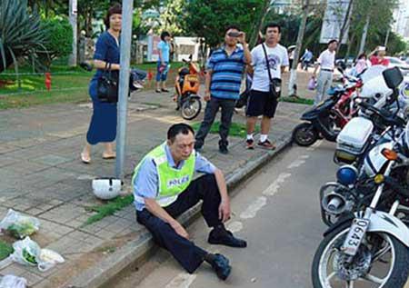 کتک کاری زن جوان چینی با پلیس (عکس)