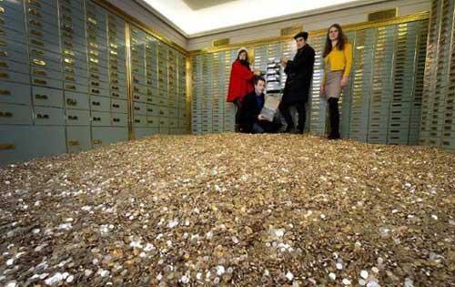 در این استخر پر پول و سکه غرق شوید (عکس)