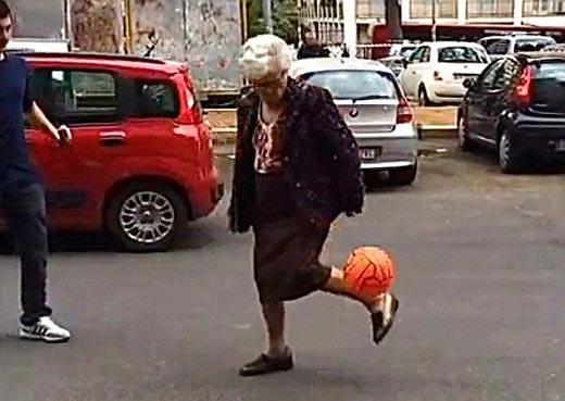هنرنمایی جالب یک پیرزن در خیابان (عکس)