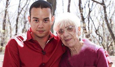 پسر 31 ساله عاشق پیرزن 99 ساله شد!! (عکس)