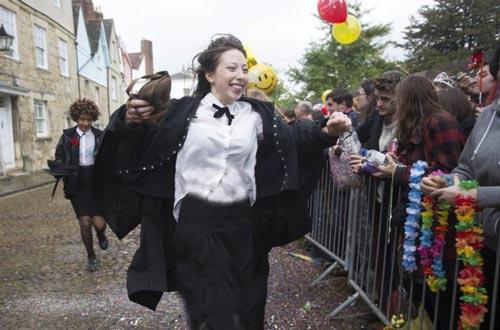 حرکت خاص دانشجویان پس از آخرین امتحان (عکس)
