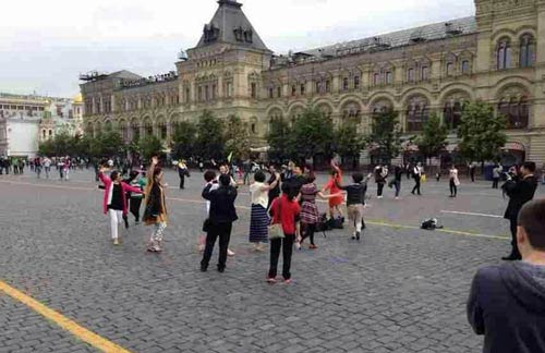 اقدام جالب و دیدنی مادربزرگ ها در میدان سرخ مسکو (عکس)