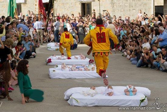 اجرای مراسم مذهبی عجیب در این روستا (عکس)