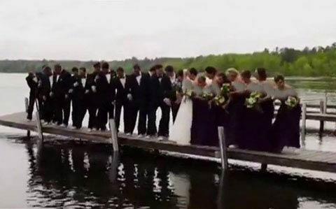 ازدواج رمانتیک این زوج دردسر ساز شد! (عکس)