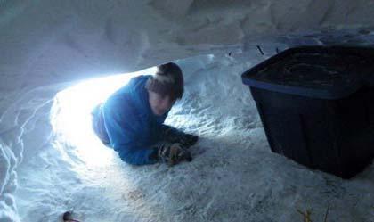 زندگی عجیب پسر جوان در غار یخی (عکس)