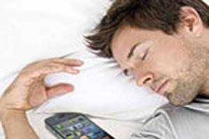 آسیب های گوشی همراه زمانی که آن را موقع خواب کنار خود می گذارید