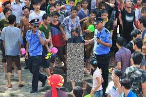 برهنه شدن ناگهانی دختر جوان در خیابان (عکس)