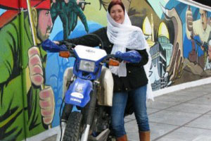 گشت و گذار زن موتور سوار انگلیسی در ایران (عکس)