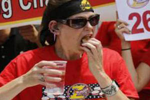 مسابقه  جالب رکود شکنی در همبرگر خوردن (عکس)