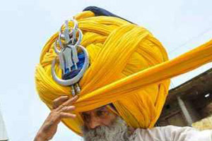 مرد روحانی با یک عمامه بسیار عجیب! (عکس)
