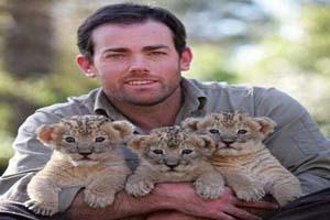 این مرد خود را وقف سرپرستی توله شیرها کرد! (عکس)