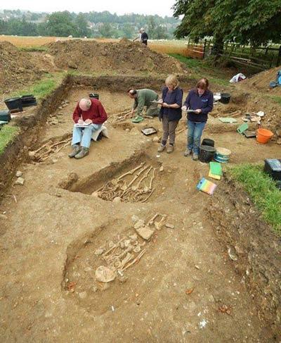 کشف جسد عاشقانه یک زوج پس از 700 سال! (عکس)