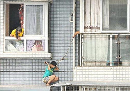 اقدام پسر چینی برای فرار از کتک های مادرش! (عکس)