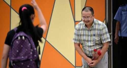 استقبال گرم مدیر مدرسه بچه ها را به وجد درآورد (عکس)