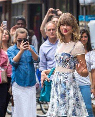 خواننده مشهور با لباس 8 هزار دلاری به باشگاه می رود (عکس)