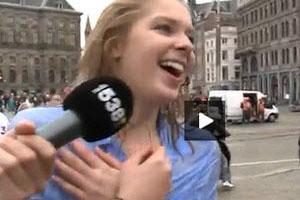 لخت شدن دختر جوان در خیابان برای مخارج تحصیلش! (عکس)