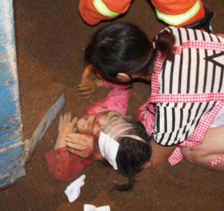 مدفون شدن دختری ۴ ساله زیر ۱۱ تن شن و ماسه + تصویر