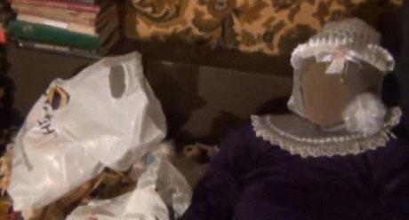 مردی که با 150 دختر مرده در یک خانه زندگی می کند! (عکس)