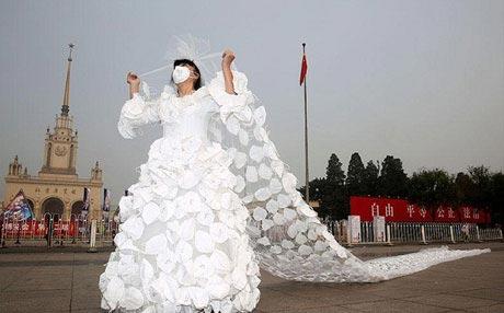 طراحی لباس عروس خاص برای شهرهای آلوده (عکس)
