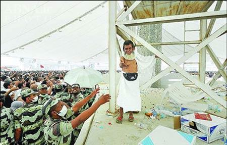اقدام حاجی کوتوله در مکه سوژه عکاسان شد (عکس)