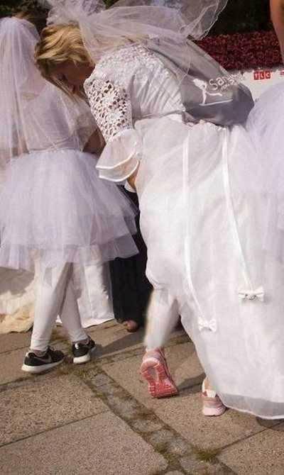 مسابقه خنده دار 200 عروس برای رسیدن به یک داماد! (عکس)