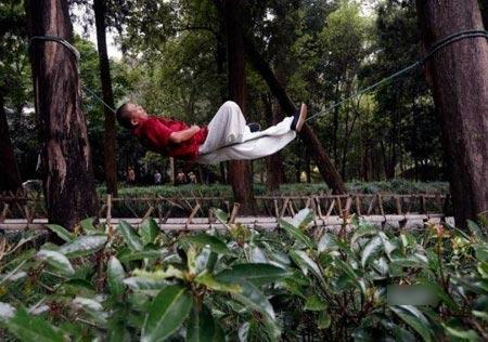 این مرد به خاطر طرز خوابیدنش سوژه شد! (عکس)