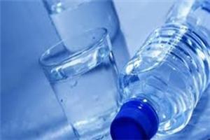 عوارض نوشیدن آب بین غذا خوردن