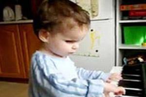 استعداد فوق العاده کودک نابینا در نوازندگی (عکس)