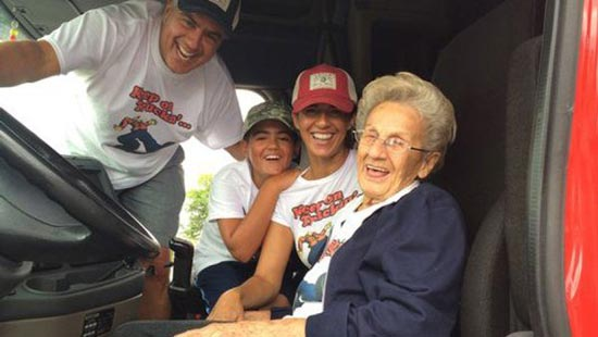 آرزوی کامیون سواری پیرزن 97 ساله محقق شد (عکس)