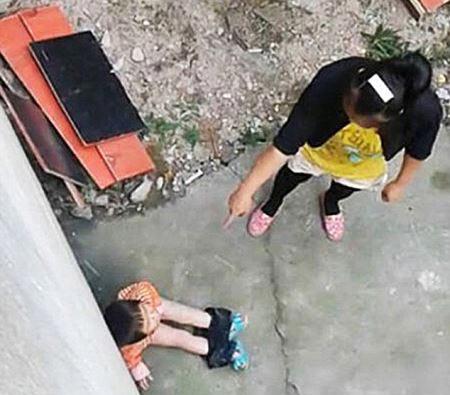 کتک زدن دختر بچه فقط برای خیس کردن شلوارش! (عکس)